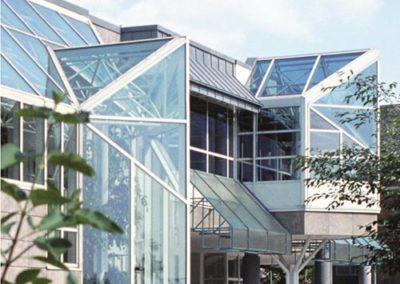 Stadthalle-Gebäude-Eingang-mit-Logo-klein-Ausschnitt